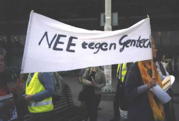 "Demonstratie ""WTO hands off my plate"". Spandoek ""Nee tegen Gentech"""