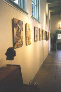 Posthuys wand met schilderijen