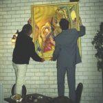 Ophangen schilderijen in het Arsenaal te Vlissingen