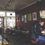 Café Soif aan beide wanden en in de aparte zaal plm. 15 kunstwerken van de Gentechvrije Expositie