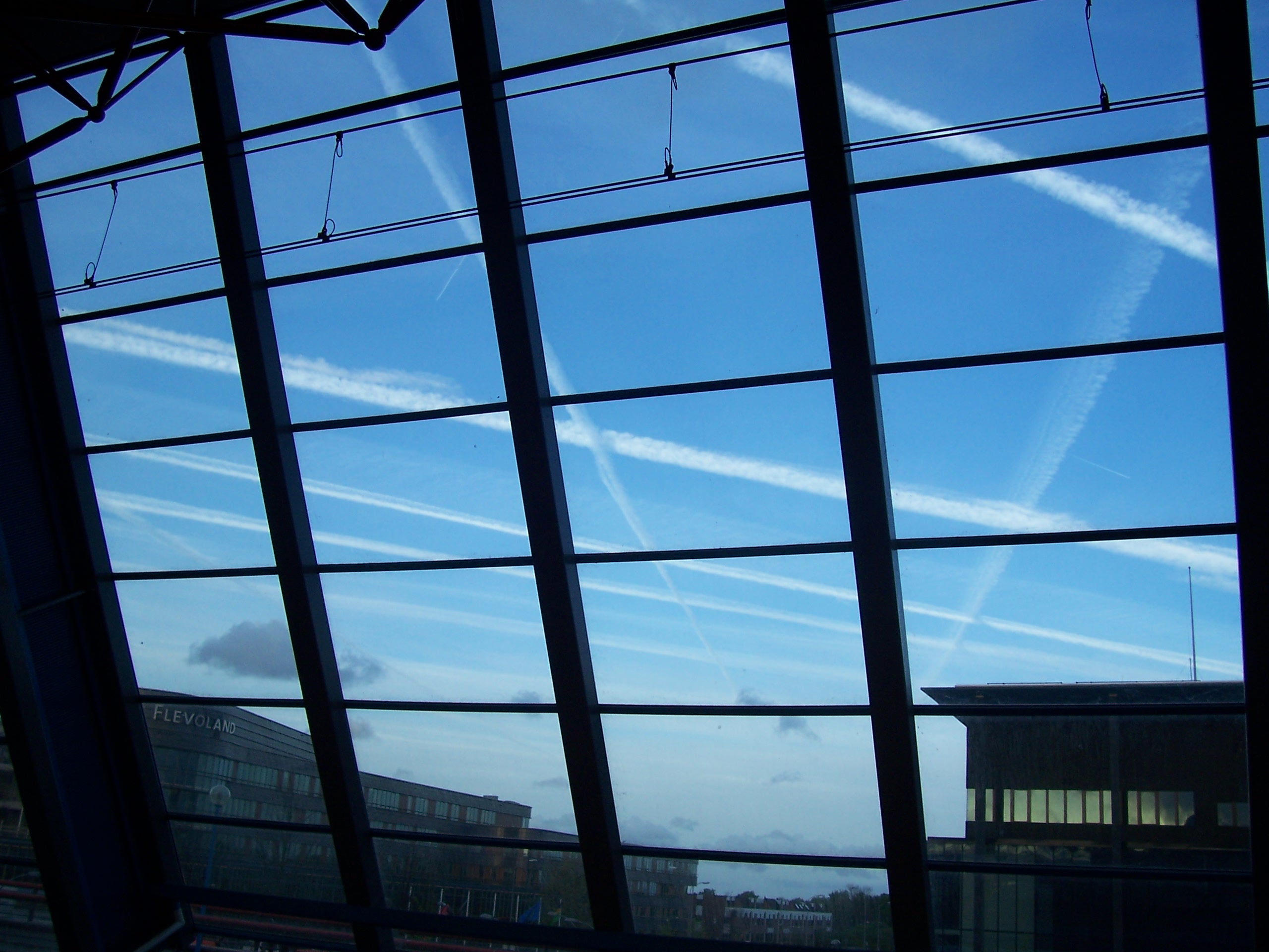 Chemtrails boven station Lelystad 2004 Miep Bos gepubliceerd in de Spits